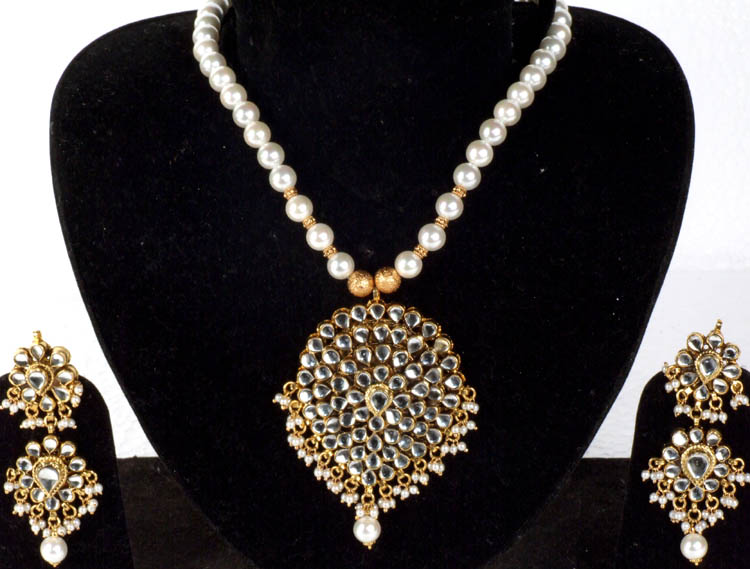 c97cc1f66b0 Imitation Pearls and Kundan Necklace Set with Large Pendant